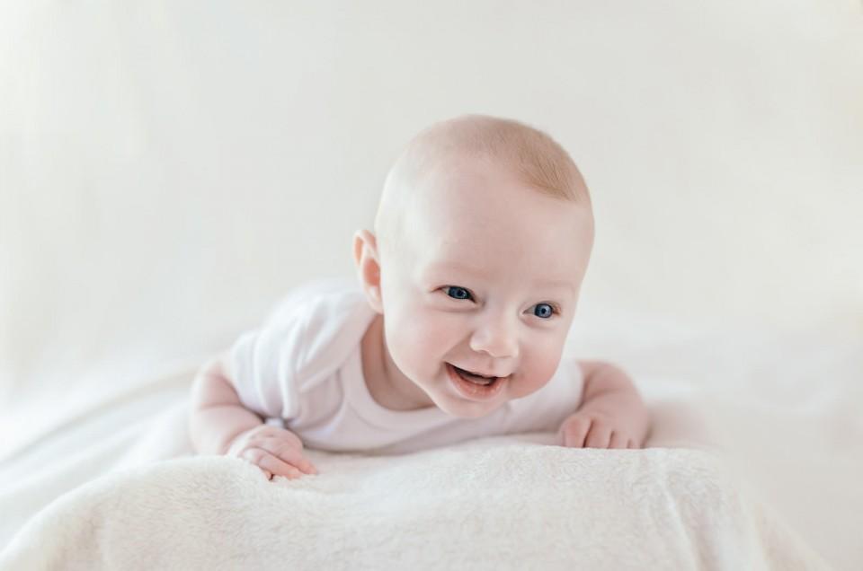 Un moment de tendresse avec Eva – Séance Photos de Bébé