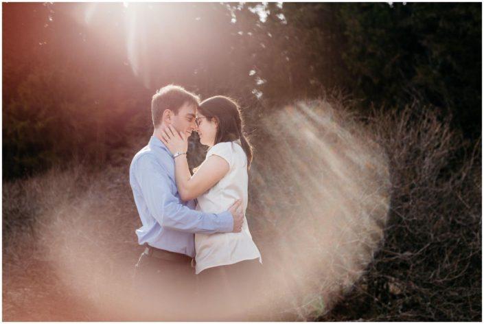 séance engagement dans les fagnes, soleil, printemps, amour, love, couple, bois, nature, belgique, wallonie, mont rigi