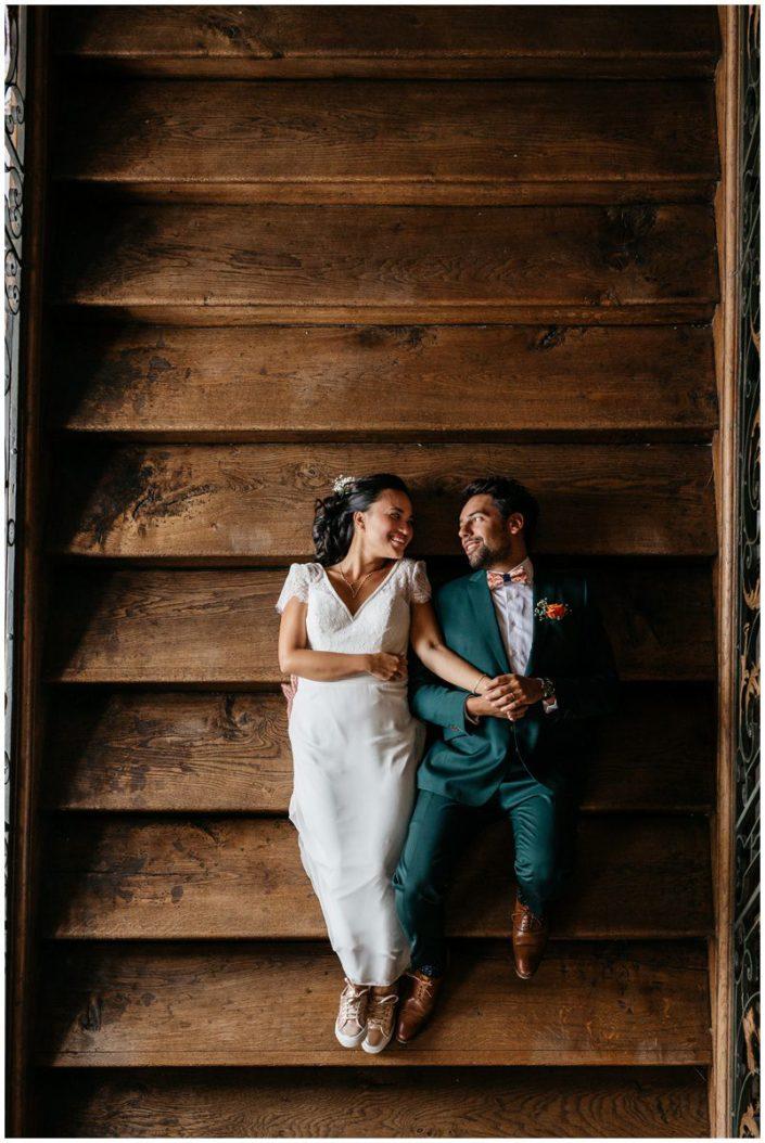 photo mariage liège escalier costume vert